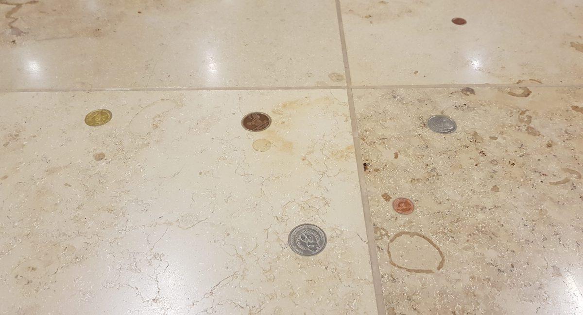 Nettes Detail: am gesamten Flughafen findet man immer wieder Stellen, bei denen Münzen im Boden eingearbeitet sind