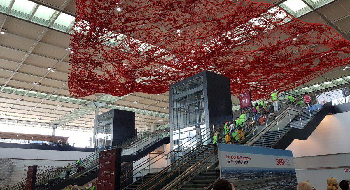 Blick von der Ankunftshalle nach oben zur Abflughalle